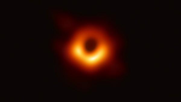Schwarzes Loch im Weltraum erste Bilder Pressekonferenzen wissenschaftlicher Durchbruch
