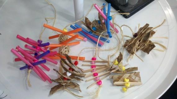 Spielzeug für Wellensittiche basteln Ideen Stäbchen Strohhalme