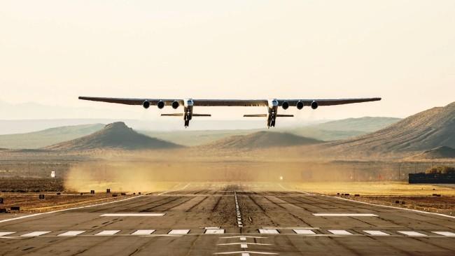 Stratolaunch, das größte Flugzeug der Welt, besteht Testflug mit vollem Erfolg das riesige flugzeug hebt ab