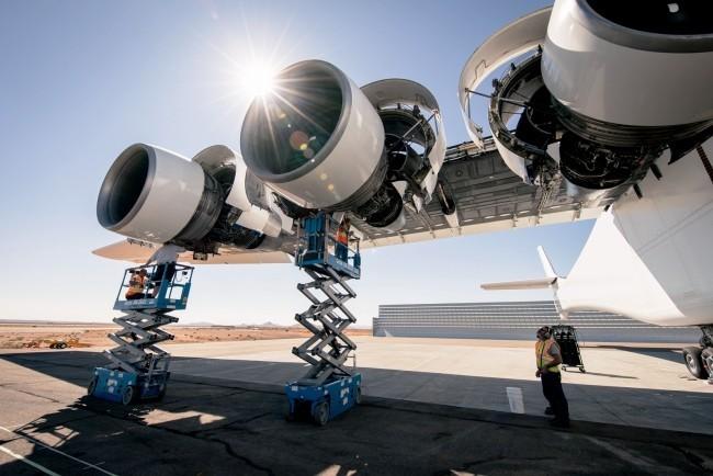 Stratolaunch, das größte Flugzeug der Welt, besteht Testflug mit vollem Erfolg das triebwerk des giganten