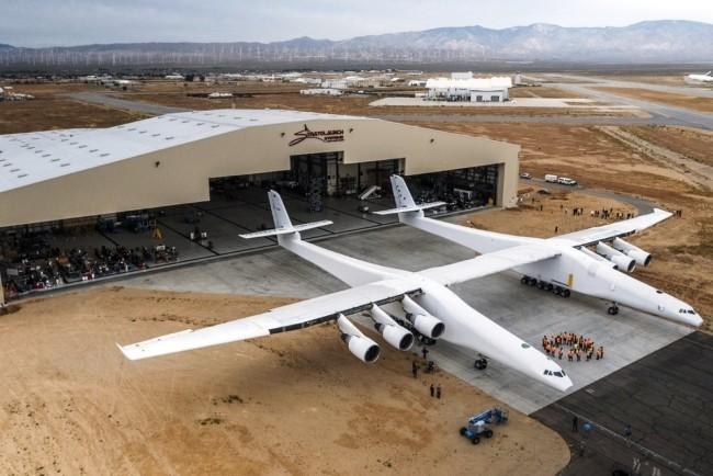 Stratolaunch, das größte Flugzeug der Welt, besteht Testflug mit vollem Erfolg die halle des riesigen flugzeugs