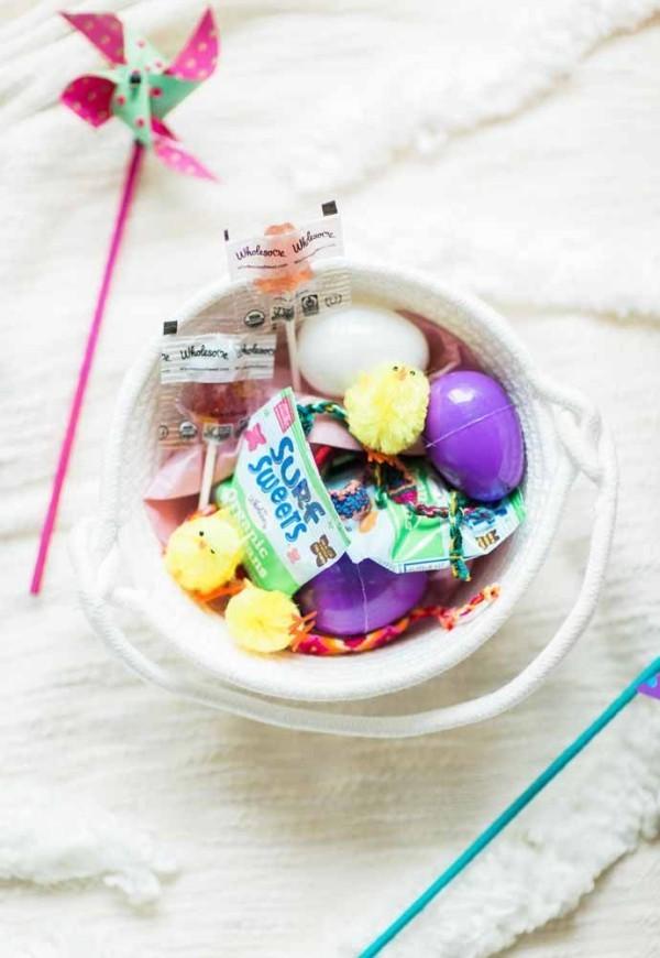Teller mit Eiern Ostern Geschenke