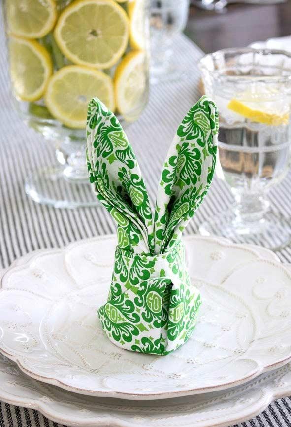 Teller mit einem grünen Papier-Hase Osterdeko