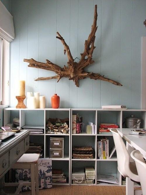 Treibholz im Interieur ausgefallene Wanddeko über Bücherregal