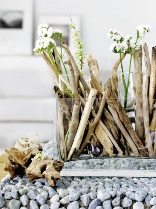 Treibholz im Interieur schönes Arrangement mit weißen Blumen in Glasgefäß