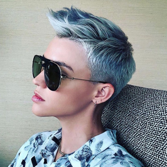 Trendy Haarfarben 2019 kurzes Haar in Silbergrau