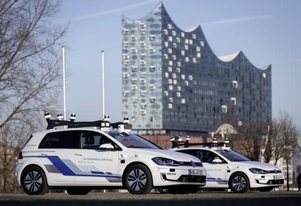 Volkswagen testet selbstfahrende Autos auf den Straßen von Hamburg geparkt und wartend
