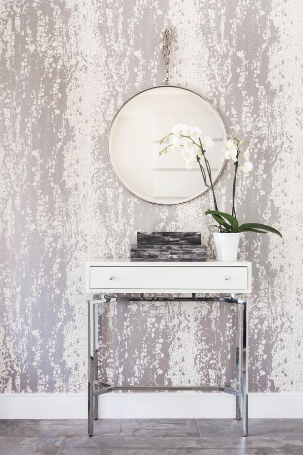 Wandspiegel im Flur schön gemusterter Hintergrund in Grau runder Spiegel