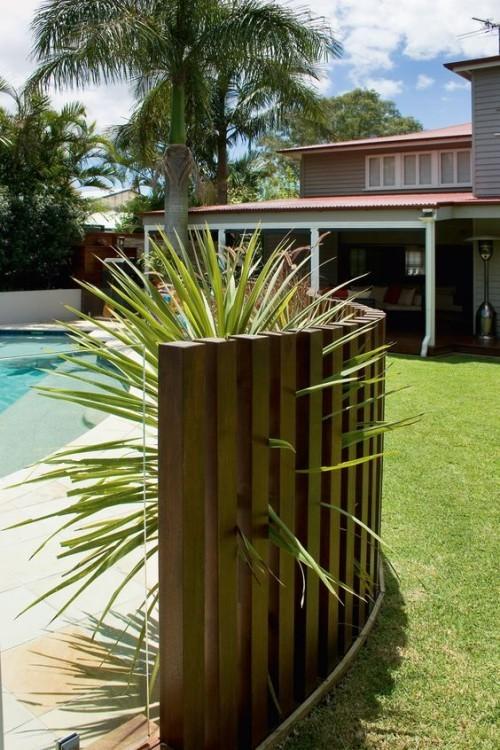 Zaun um Pool Ideen Grünpflanze wirkt einladend