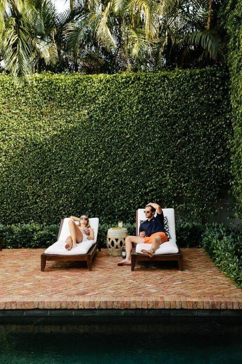 Zaun um Pool Ideen hohe grüne Bäume Sicht-und Lärmschutz