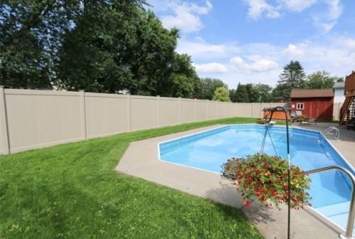Zaun um Pool Ideen kleines Becken interessante Form gute Einzäunung