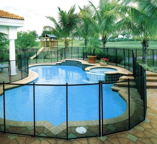 Zaun um Pool Ideen schönes Design starke Dose Exotik pur Palmen im Hintergrund
