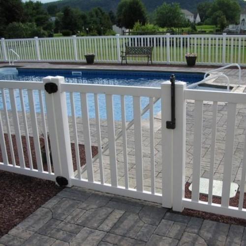 Zaun um Pool Ideen weiß gestrichenes Holz Tür schönes Design