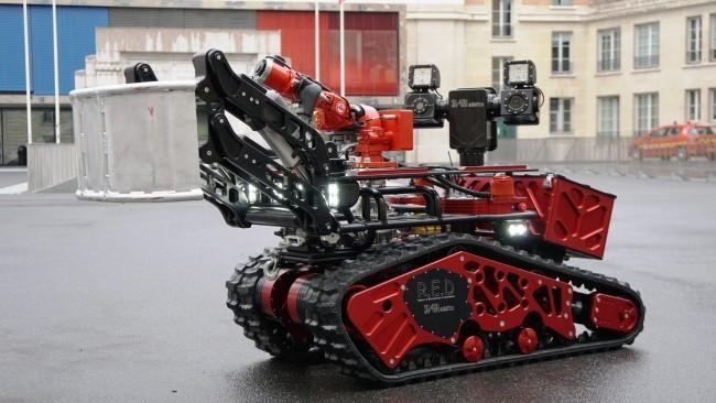 Zwei Drohnen und der Feuerwehrroboter Colossus halfen, das Notre Dame Feuer zu stoppen der 500 kg roboter feuerwehr