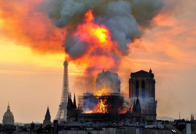 Zwei Drohnen und der Feuerwehrroboter Colossus halfen, das Notre Dame Feuer zu stoppen der brand aus der weite