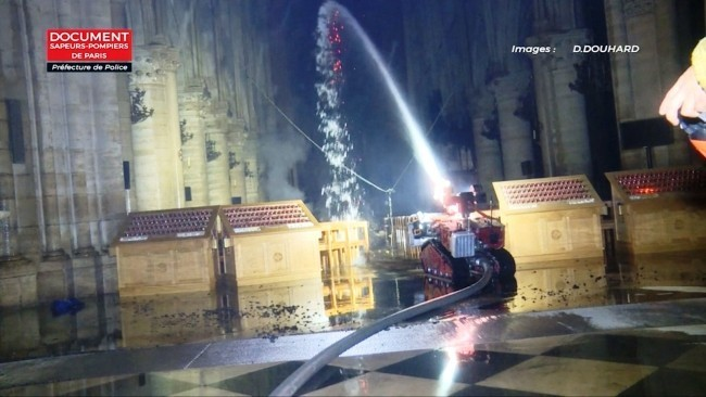 Zwei Drohnen und der Feuerwehrroboter Colossus halfen, das Notre Dame Feuer zu stoppen der roboter in aktion