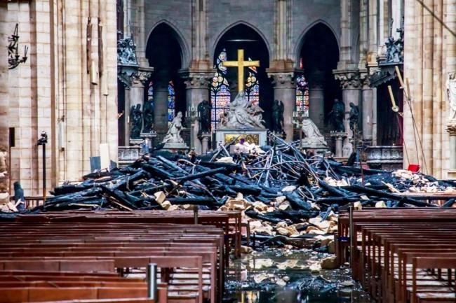 Zwei Drohnen und der Feuerwehrroboter Colossus halfen, das Notre Dame Feuer zu stoppen die überreste nach dem feuer