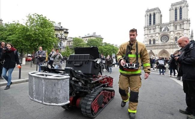 Zwei Drohnen und der Feuerwehrroboter Colossus halfen, das Notre Dame Feuer zu stoppen die arbeit vom colossus ist vorbei