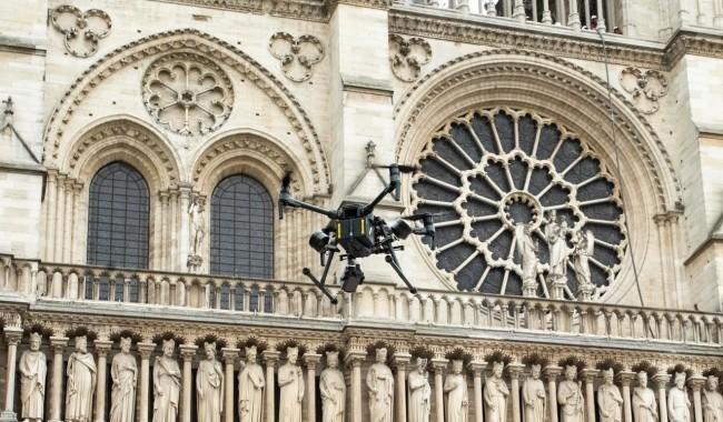 Zwei Drohnen und der Feuerwehrroboter Colossus halfen, das Notre Dame Feuer zu stoppen drohen zur hilfe gekommen