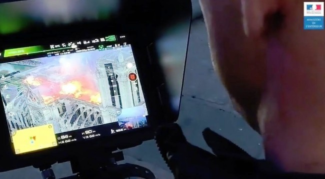 Zwei Drohnen und der Feuerwehrroboter Colossus halfen, das Notre Dame Feuer zu stoppen drohnen bild zur kontrolle