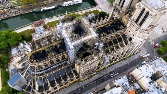 Zwei Drohnen und der Feuerwehrroboter Colossus halfen, das Notre Dame Feuer zu stoppen ein blick von oben auf die katedrale