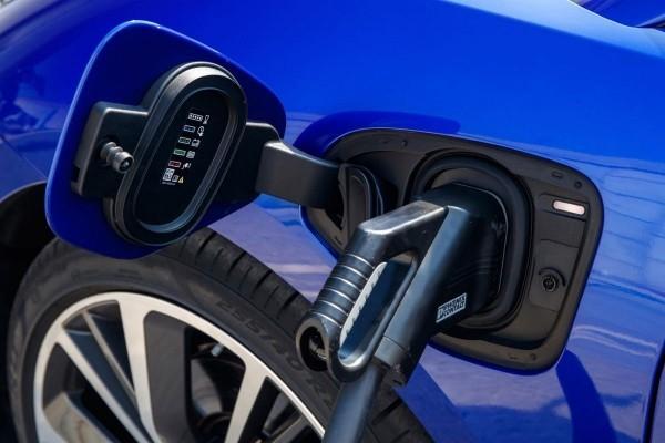 ein blaues elektroauto laden