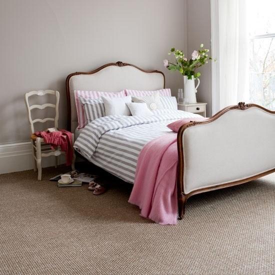 einfache Schlafzimmer Ideen rosa Wurfdecke als Akzent