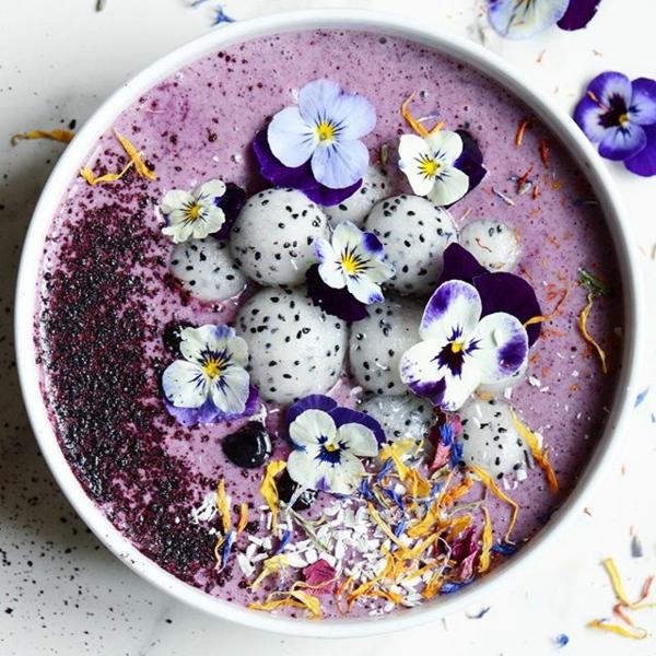 essbare blüten smoothie bowl mit hornveilchen