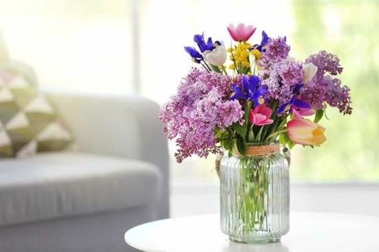 frühlingsblumen flieder deko ideen tischdeko