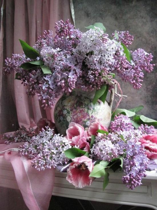 frühlingsdeko mit flieder und tulpen