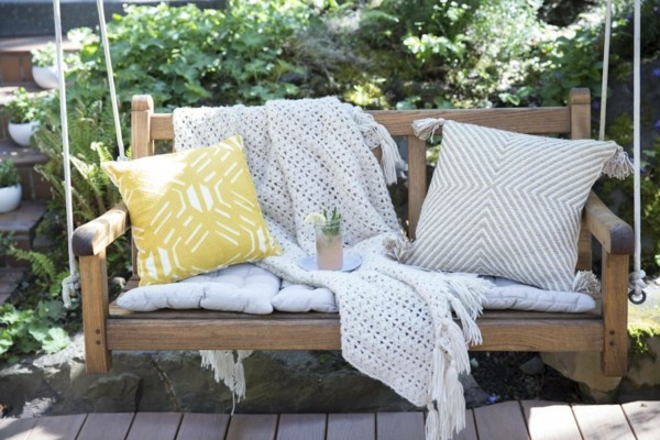 gartenmöbel auf den sommer vorbereiten gartenschaukel holz