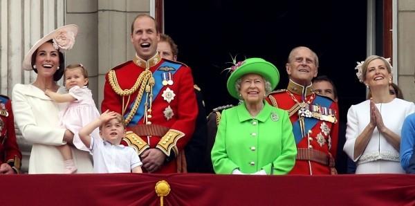 königliche Familie auf dem Balkon Queen Elizabeth