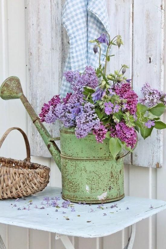 tolle vintage deko ideen mit flieder alte gießkanne