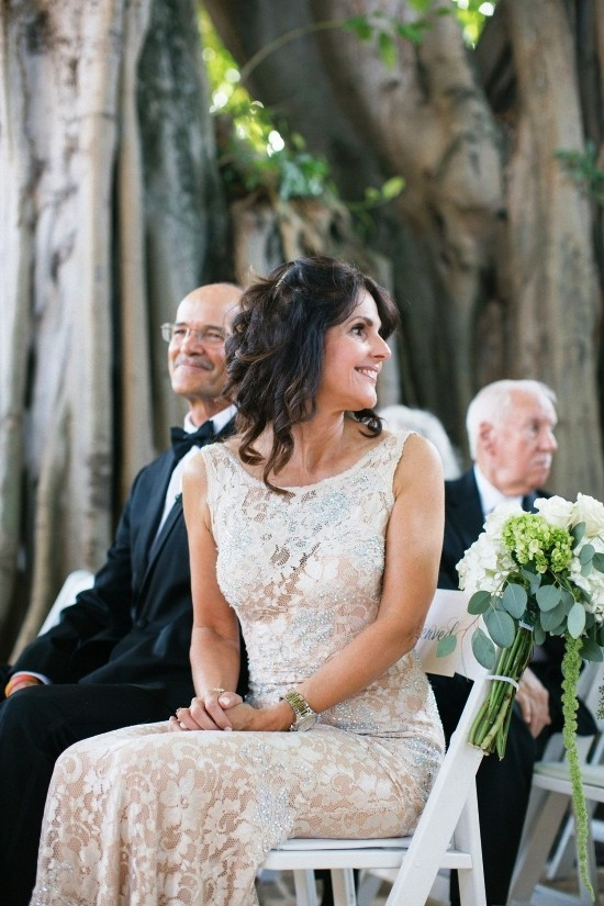 55 festliche Kleider zur Hochzeit für Brautmütter und wichtige Tipps brautmutter in beige kleid hübsch