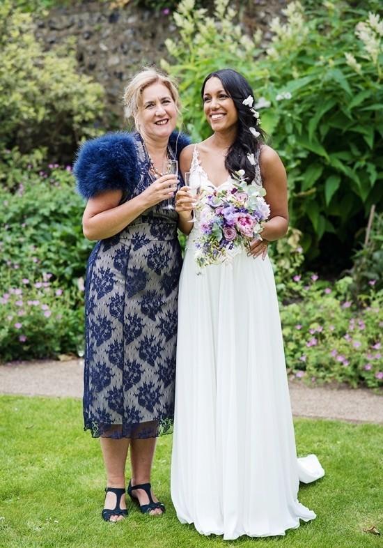 55 festliche Kleider zur Hochzeit für Brautmütter und wichtige Tipps dunkelblaues kleid floral und elegant