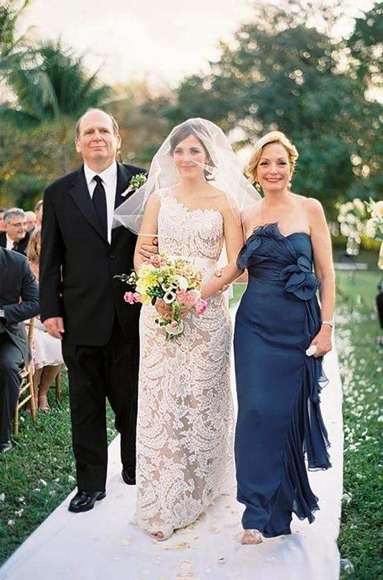 55 festliche Kleider zur Hochzeit für Brautmütter und wichtige Tipps dunkelblaues kleid mit hängenden elementen
