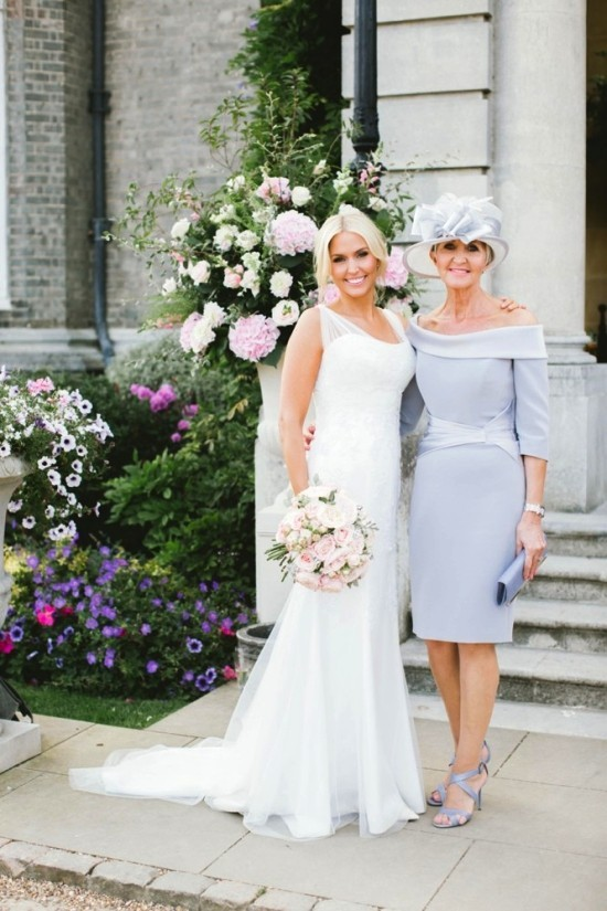 55 festliche Kleider zur Hochzeit für Brautmütter und wichtige Tipps hellblau kleid elegant und schön mit hut