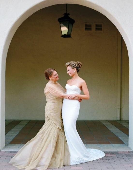 55 festliche Kleider zur Hochzeit für Brautmütter und wichtige Tipps lang in beige elegant und beeindruckend mutter