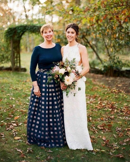 55 festliche Kleider zur Hochzeit für Brautmütter und wichtige Tipps langes dunkelblaues kleid mutter