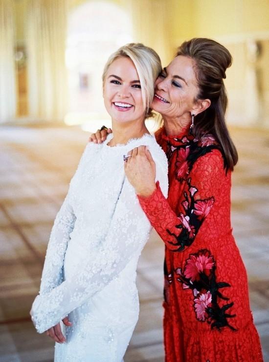 55 festliche Kleider zur Hochzeit für Brautmütter und wichtige Tipps rot schwarzes kleid für moderne mütter