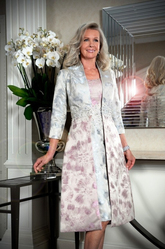 55 festliche Kleider zur Hochzeit für Brautmütter und wichtige Tipps silbriges kleid für elegante mütter
