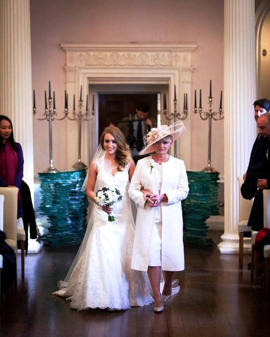 55 festliche Kleider zur Hochzeit für Brautmütter und wichtige Tipps weißes kleid für mutter mit hut