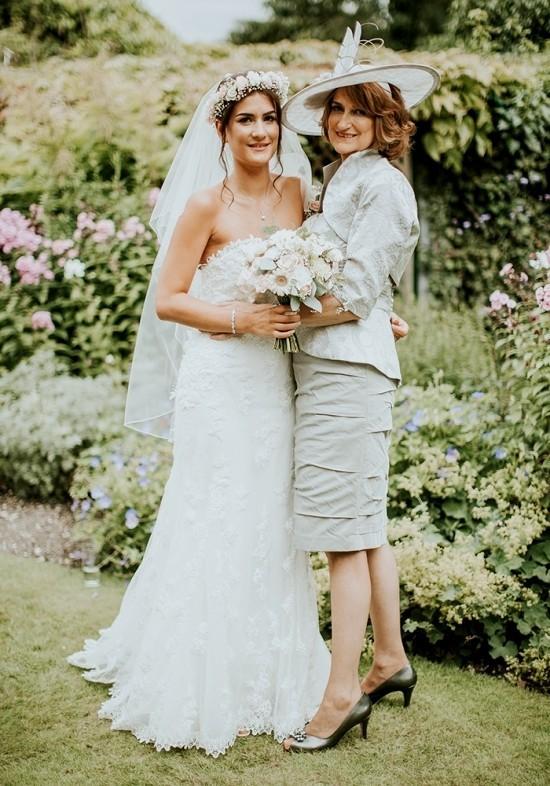 55 festliche Kleider zur Hochzeit für Brautmütter und wichtige Tipps weißes kleid für mutter silbrig