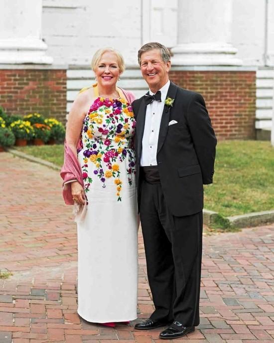 55 festliche Kleider zur Hochzeit für Brautmütter und wichtige Tipps weißes kleid mit floralen elementen lang