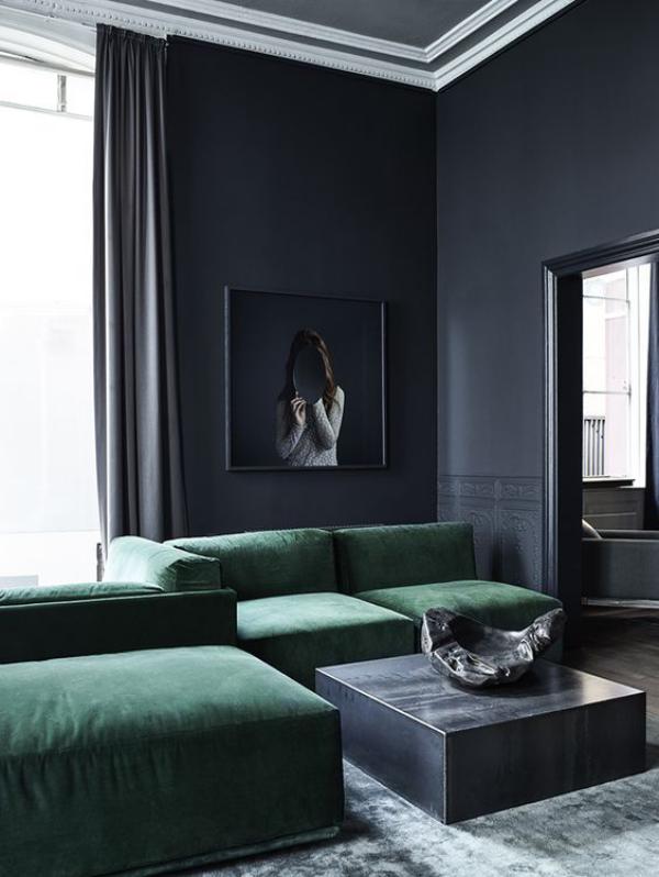 Maskulin und elegant modernes Wohnzimmer dunkle Farben Grau Smaragdgrün ende Materialien Samt Marmor