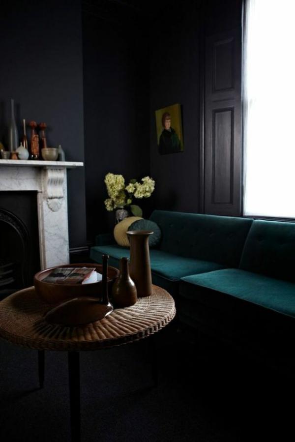 Maskulin und elegant modernes Wohnzimmer dunkles Interieur Deko Elemente aus Holz weißer Marmor am Kamin