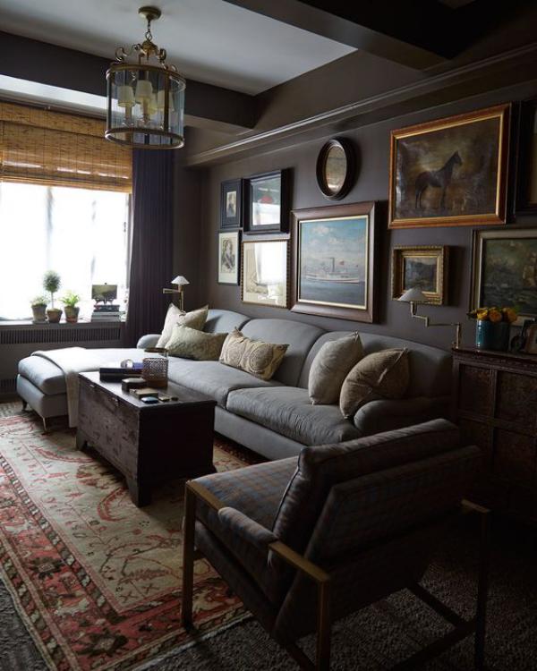 Maskulin und elegant modernes Wohnzimmer dunkles Interieur Statement-Wand mit Bildern