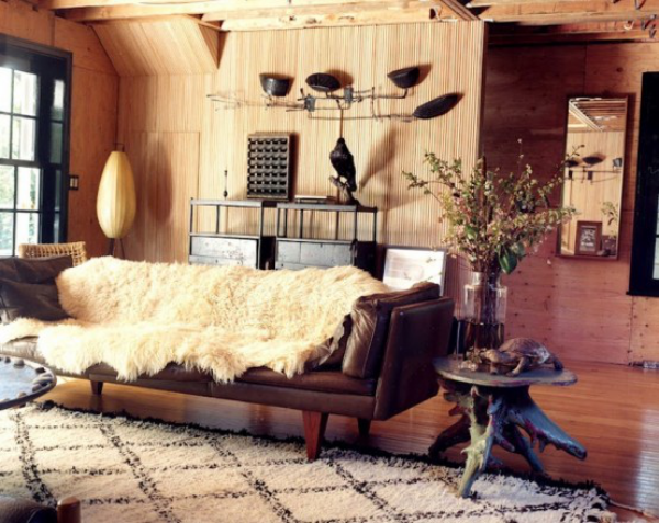 Maskulin und elegant modernes Wohnzimmer in warmen Braunnuancen beige Fell viel Holz
