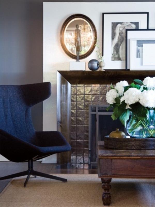 Maskulin und elegant modernes Wohnzimmer marineblauer Egg Chair weiße Hortensien Wanddeko