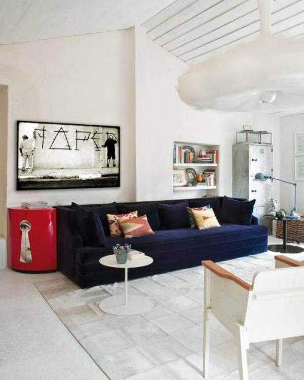 Maskulin und elegant modernes Wohnzimmer weiß dominiert marineblaue Couch als Blickfang